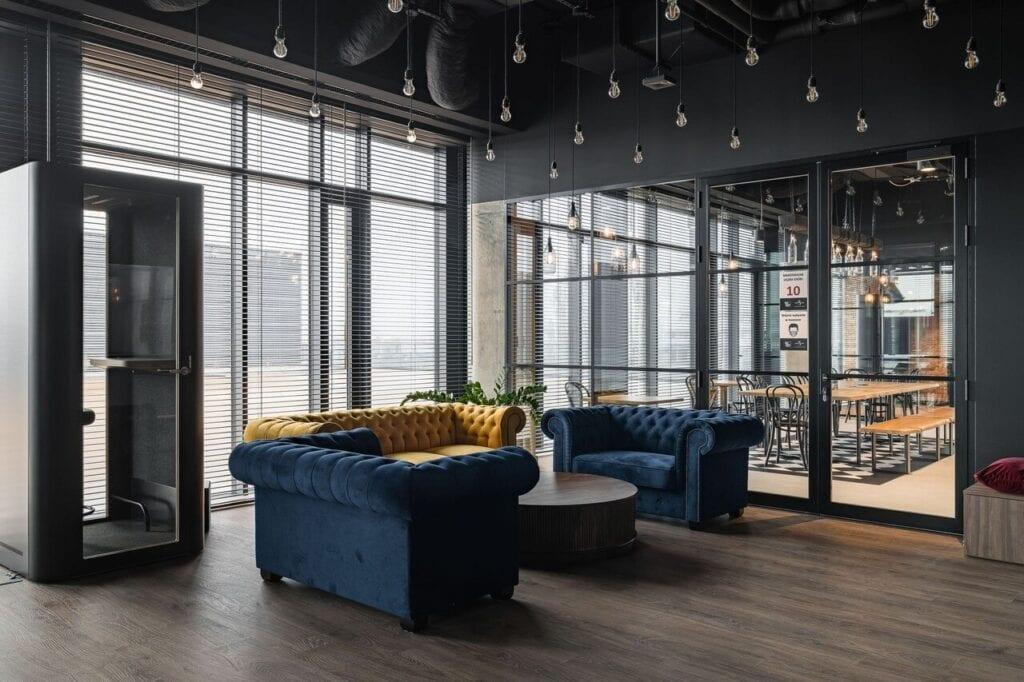 Dwie sofy w kolorze granatowym i sofa w kolorze żółtym - Wnętrze nowego biura Universal Music Polska w Warszawie projektu The Design Group