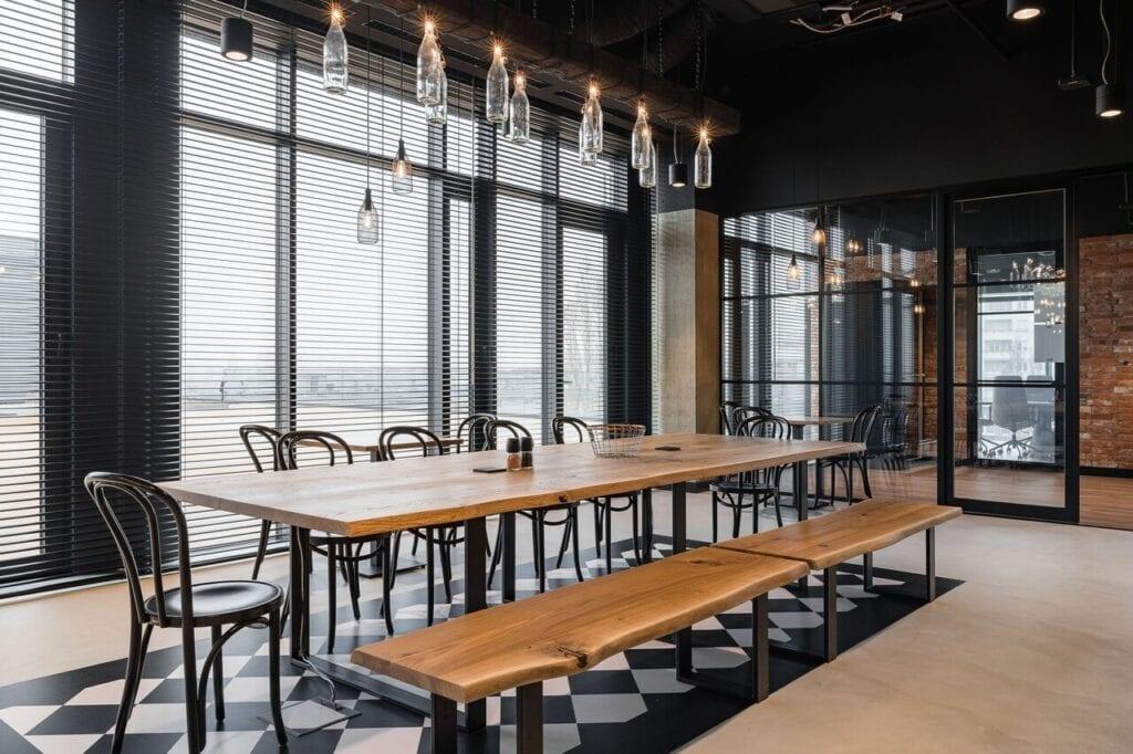 Stół i krzesła w sali gastronomicznej - Wnętrze nowego biura Universal Music Polska w Warszawie projektu The Design Group