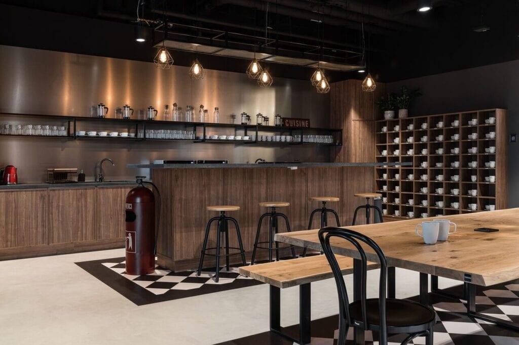 Ekskluzywna sala gastronomiczna - Wnętrze nowego biura Universal Music Polska w Warszawie projektu The Design Group