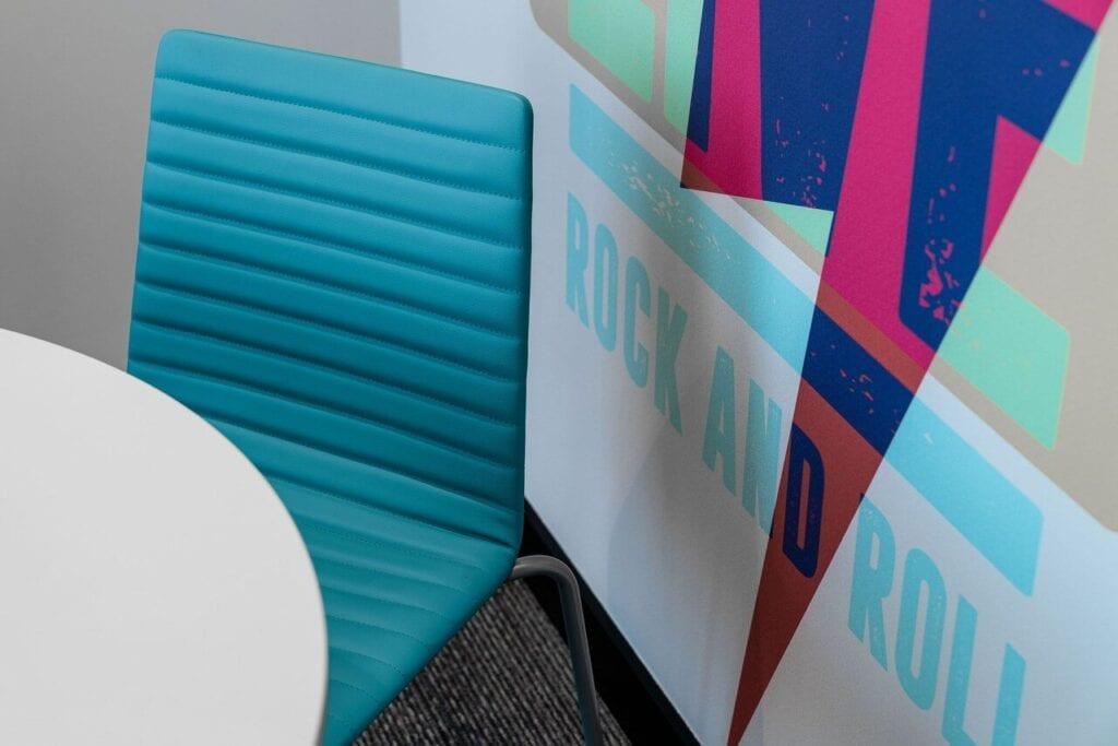 Grafika Rock and Roll na ścianie - Wnętrze nowego biura Universal Music Polska w Warszawie projektu The Design Group