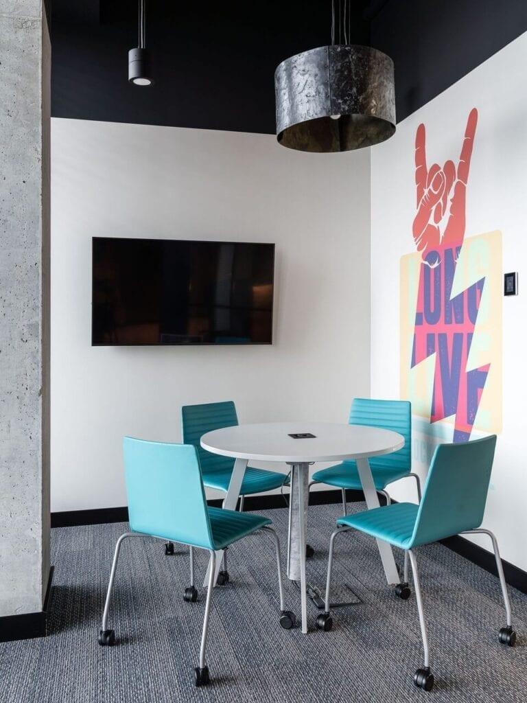 Grafika Long Life na ścianie - Wnętrze nowego biura Universal Music Polska w Warszawie projektu The Design Group