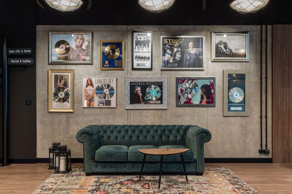 Płyty winylowe na ścianie - Wnętrze nowego biura Universal Music Polska w Warszawie projektu The Design Group