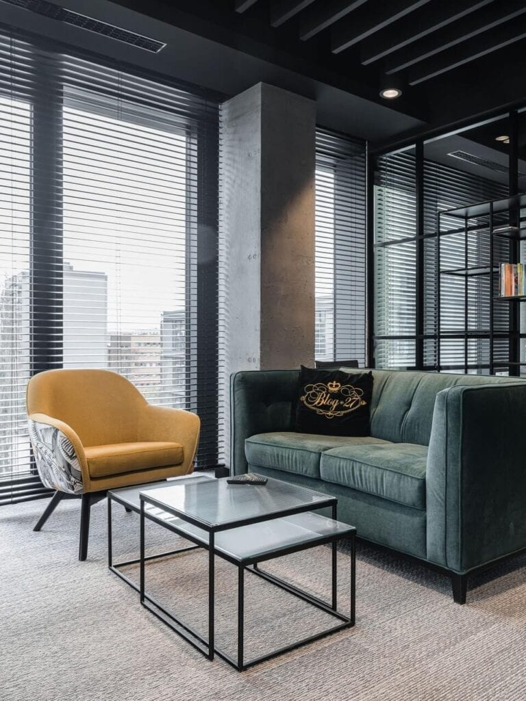 Sofa i fotel w biurze - Wnętrze nowego biura Universal Music Polska w Warszawie projektu The Design Group