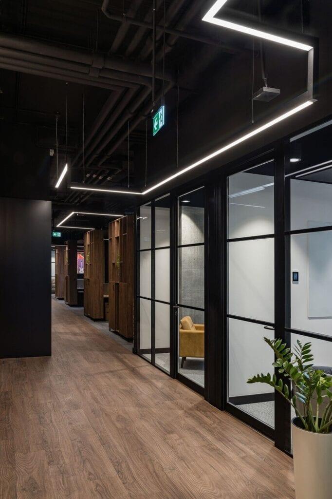 Przeszklona ściana - Wnętrze nowego biura Universal Music Polska w Warszawie projektu The Design Group