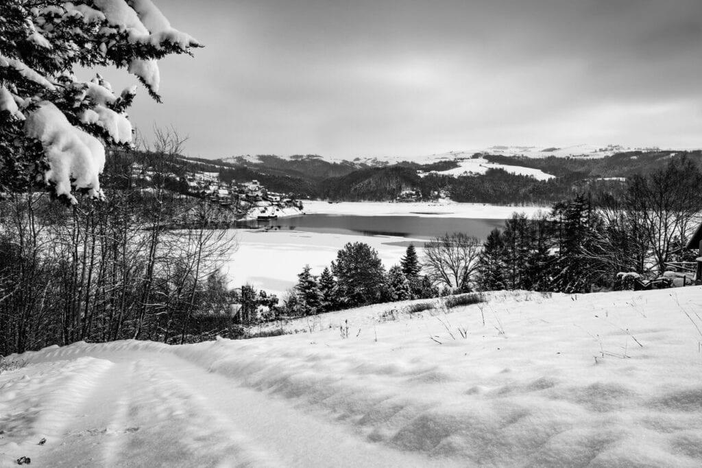Widok na jezioro Rożnowskie zimą - foto Bartosz Mucha