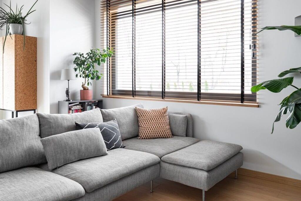Szara sofa w salonie - foto INKADR Fotografia wnętrz Natalia Kaczmarek