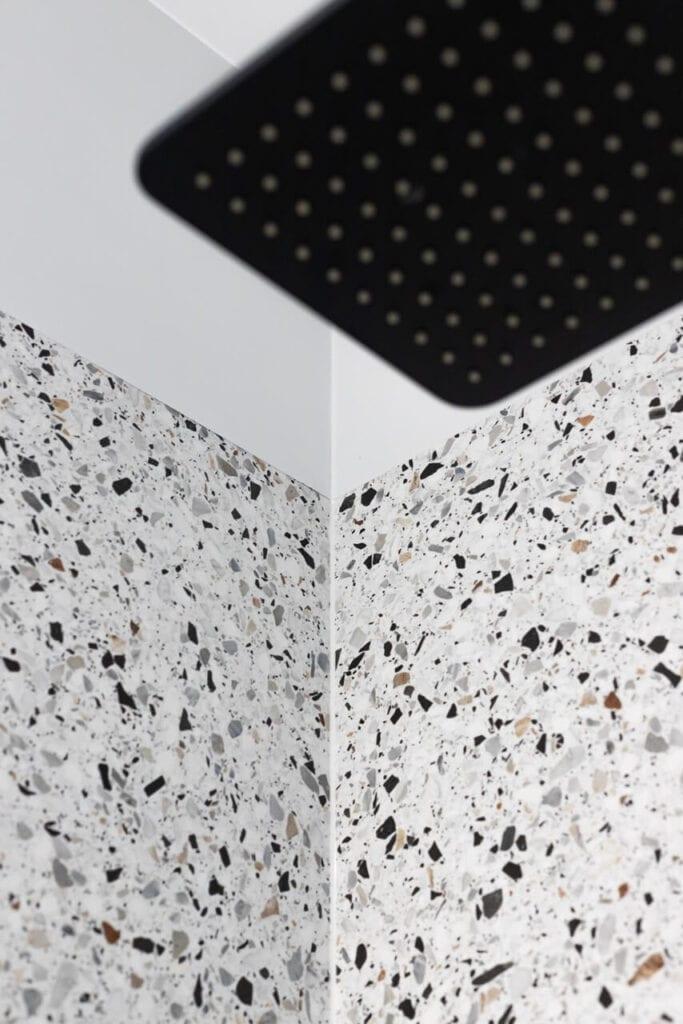 Płytki terazzo w łazience - foto INKADR Fotografia wnętrz Natalia Kaczmarek