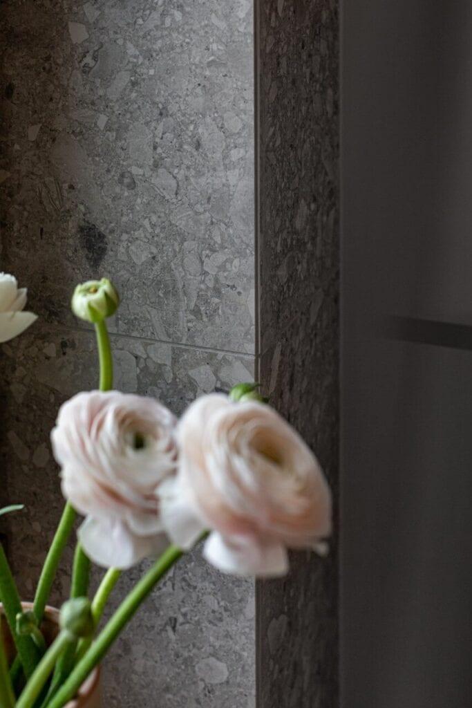 Szare płytki na ścianie - foto INKADR Fotografia wnętrz Natalia Kaczmarek