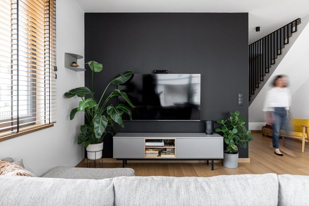 Czarna ściana w salonie - foto INKADR Fotografia wnętrz Natalia Kaczmarek
