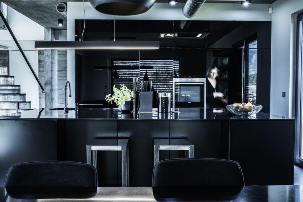 Ciemna kuchnia we wnętrzu domu jednorodzinnego w Wejherowie