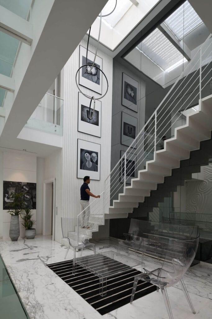 Wysokie schody prowadzące na piętro domu w New Delhi