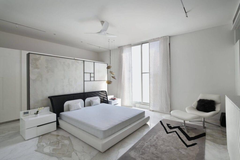 Duże łózko w białej sypialni