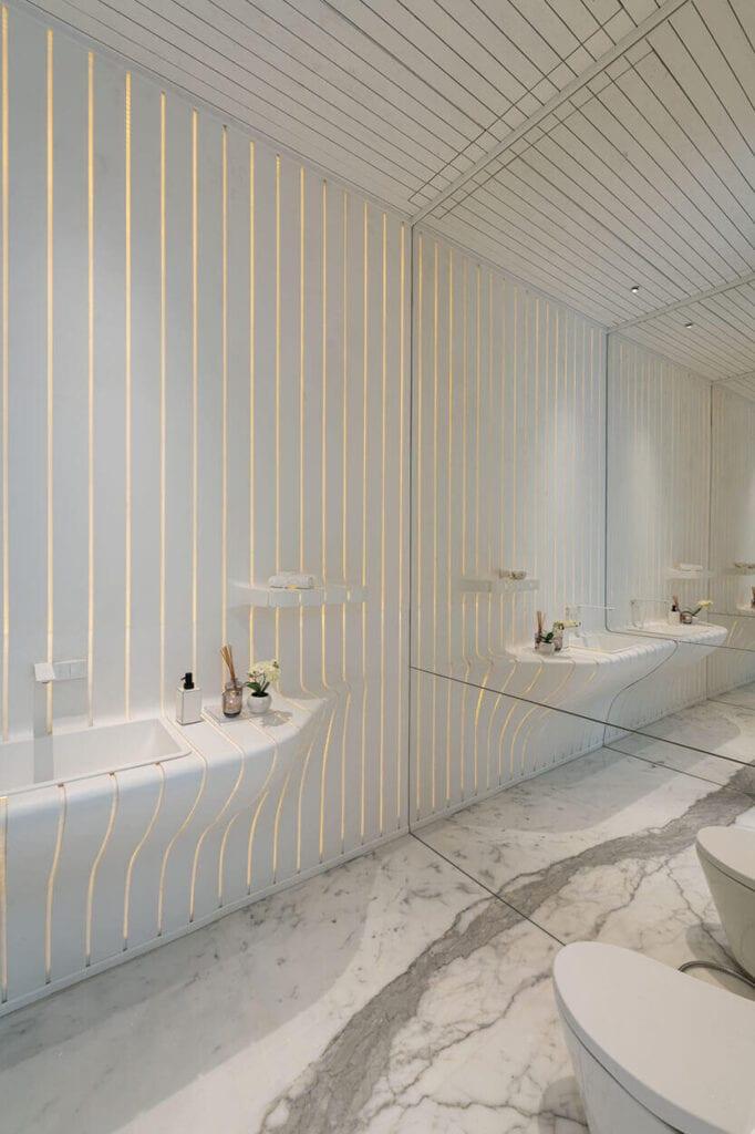 Białe wnętrze łazienki w domu projekcie pracowni Atrey & Associates