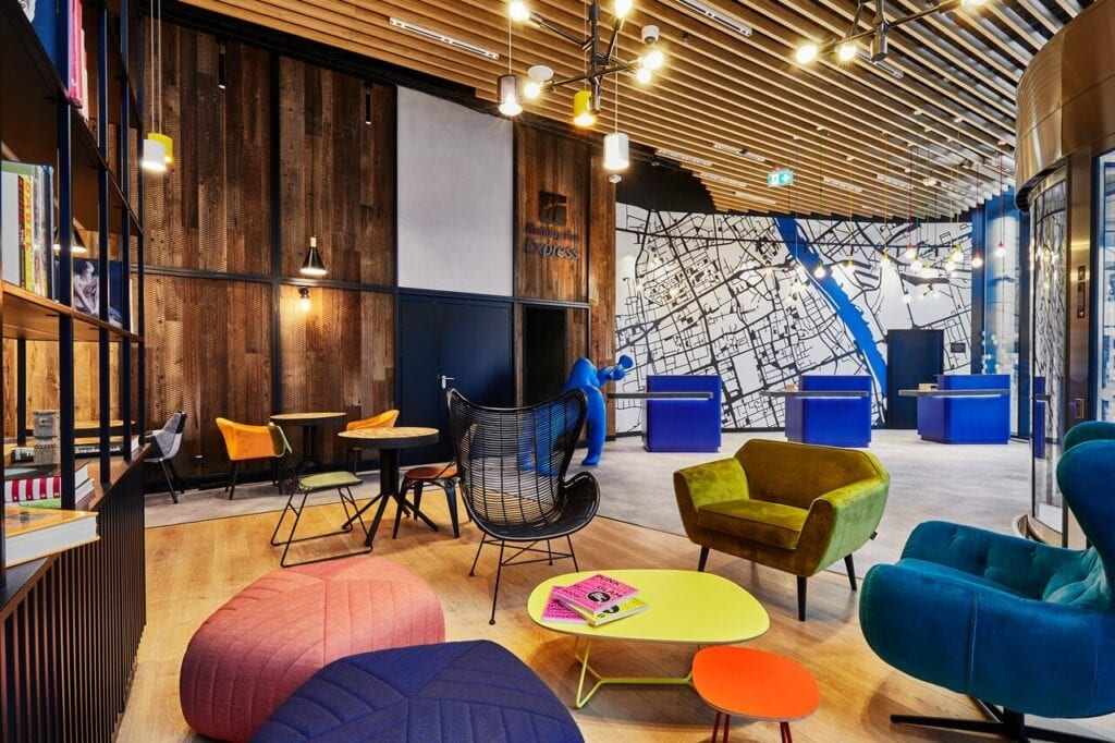 Holiday Inn Express w Warszawie - eklektyzm, kolor i local touch - projekt Tremend - foto Piotr Gęsicki
