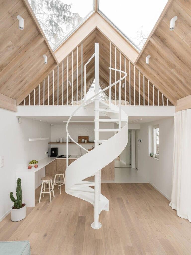 Kręte schody w salonie - projekt Katarzyna Piotrowska