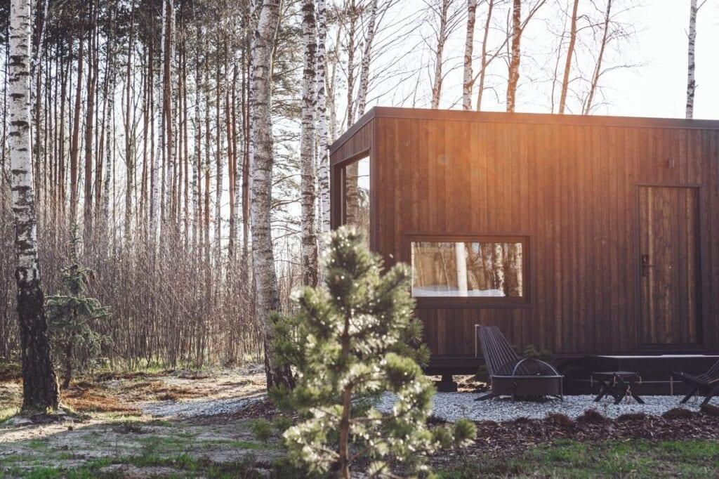 Tiny House ukryty w drzewach, czyli ucieczka od rzeczywistości od Hidden Base