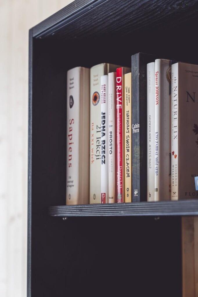 Książki stojące na regale