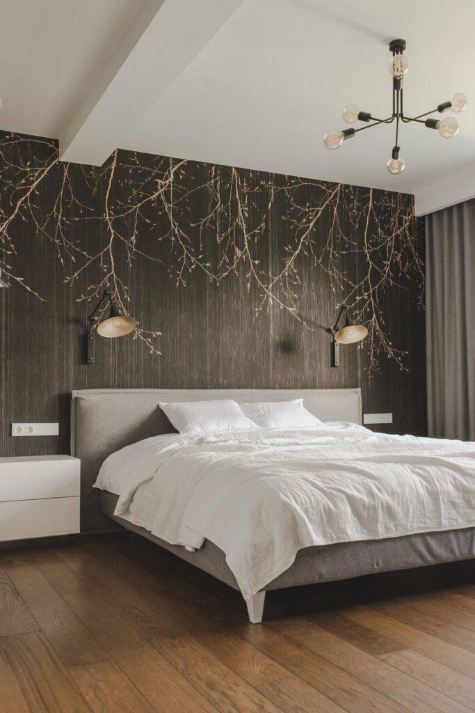 Spersonalizowany projekt mieszkania od pracowni Projektyw - czarna tapeta na ścianie w sypialni