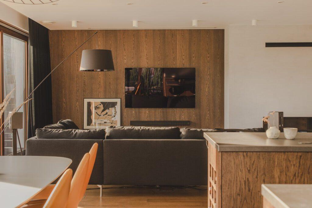 110-metrowe spersonalizowane mieszkanie od pracowni Projektyw - kącik telewizyjny w salonie