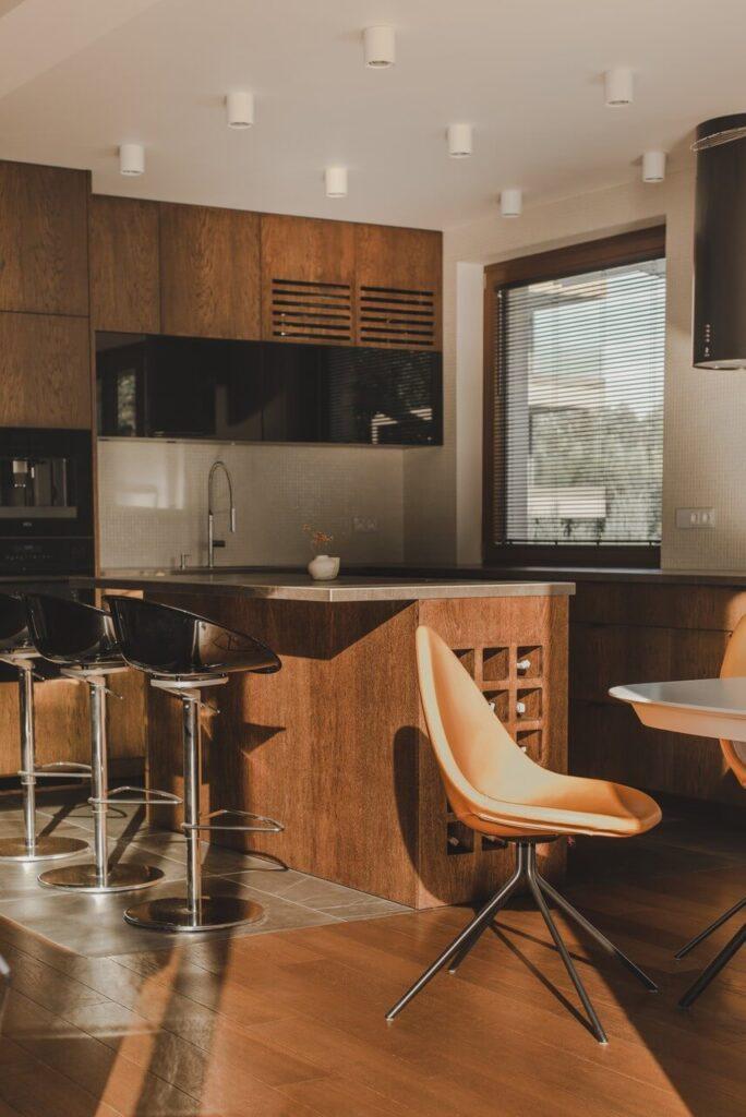 110-metrowe spersonalizowane mieszkanie od pracowni Projektyw - kuchnia w kolorze drewna