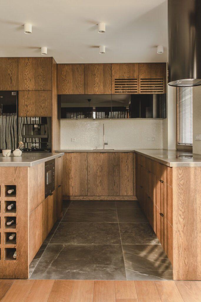 110-metrowe spersonalizowane mieszkanie od pracowni Projektyw - kuchnia w kolorach drewna