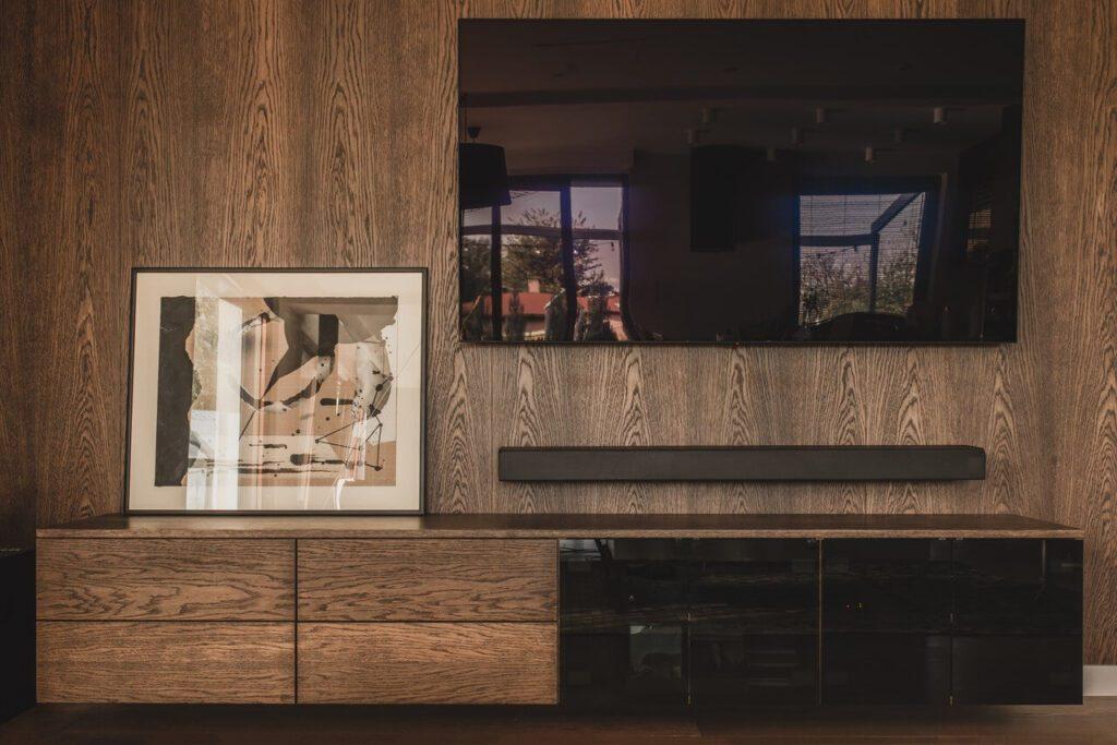 110-metrowe spersonalizowane mieszkanie od pracowni Projektyw - telewizor w salonie