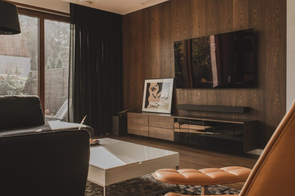 110-metrowe spersonalizowane mieszkanie od pracowni Projektyw - salon z drewnianą ścianą