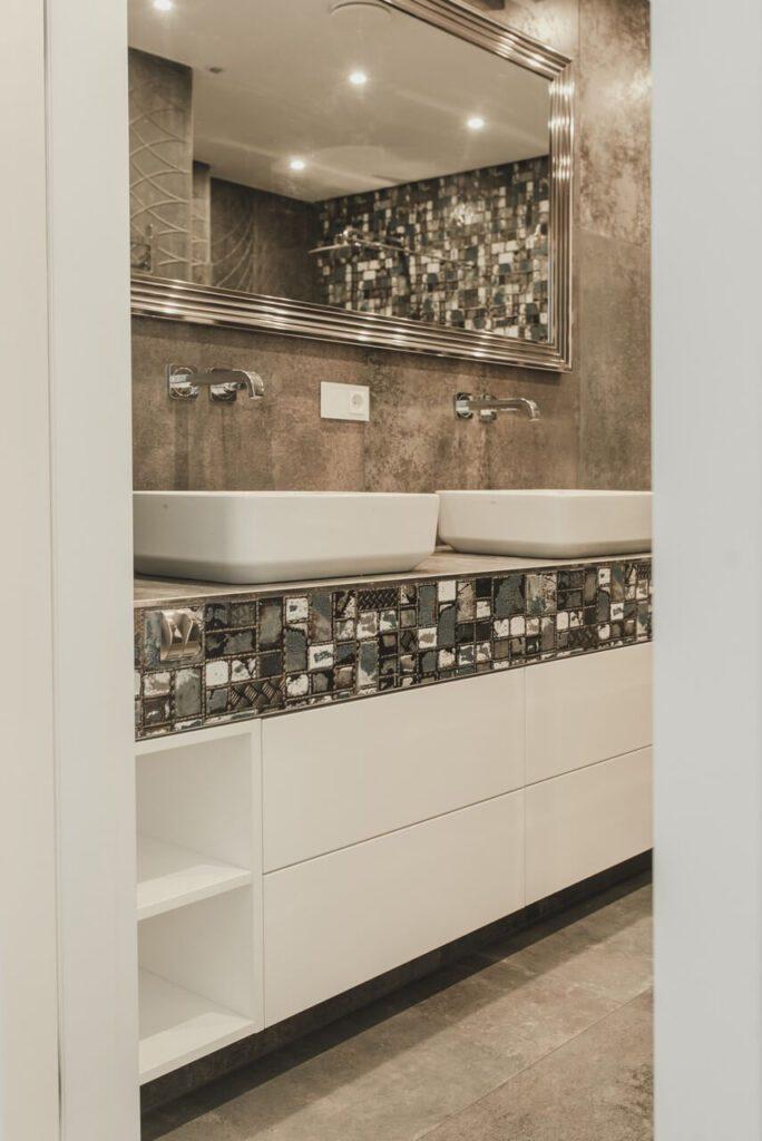 Spersonalizowany projekt mieszkania od pracowni Projektyw - dwie umywalki w łazience