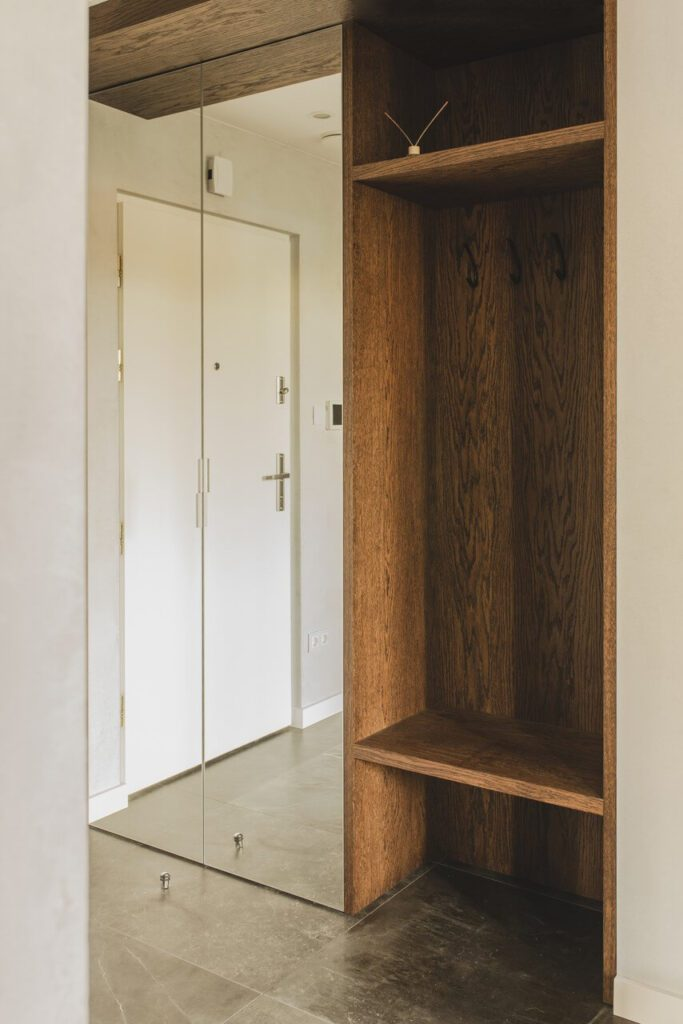 Spersonalizowany projekt mieszkania od pracowni Projektyw - zabudowa w holu