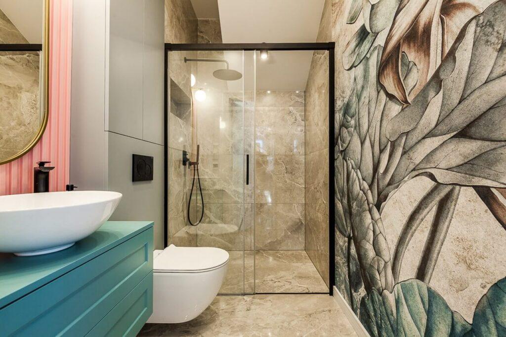 Łazienka w beżowym kolorze w 120-metrowym mieszkaniu w stylu Art Deco