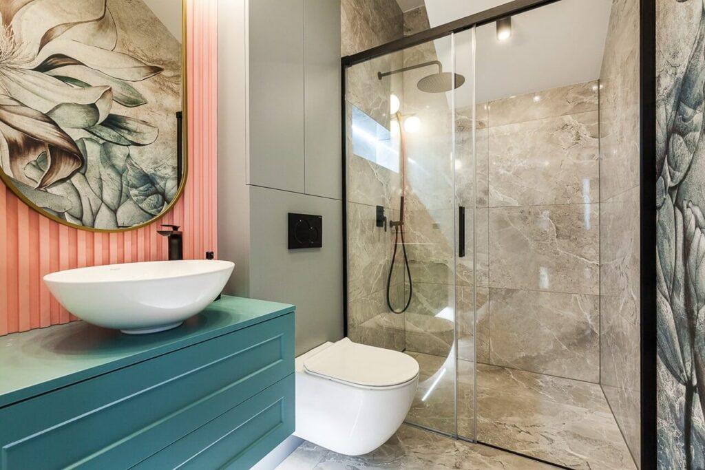 Kolorowa łazienka w 120-metrowym mieszkaniu w stylu Art Deco