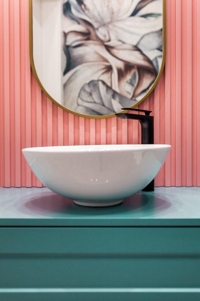 Umywalka w łazience - 120-metrowa domowa przestrzeń w stylu Art Deco