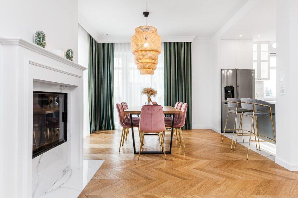 Przestronny salon w mieszkaniu - 120-metrowa domowa przestrzeń w stylu Art Deco