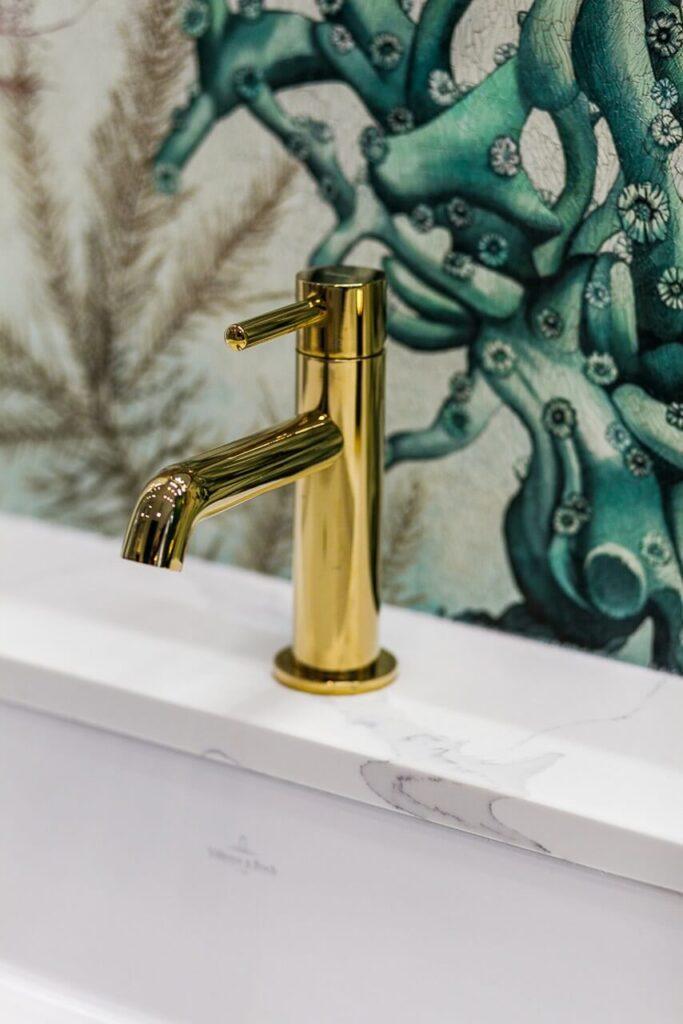 Złota bateria łazienkowa - 120-metrowa domowa przestrzeń w stylu Art Deco
