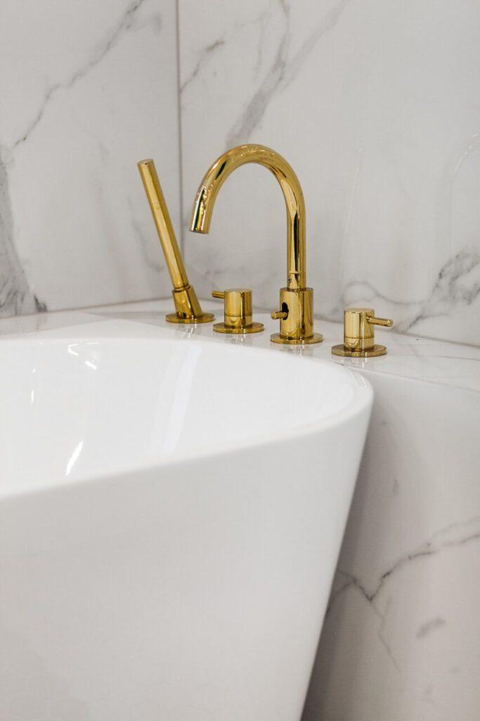 Wanna wolnostojąca w łazience - 120-metrowa domowa przestrzeń w stylu Art Deco
