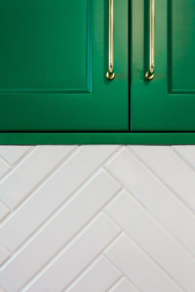 Zielone fronty i białe płytki - 120-metrowa domowa przestrzeń w stylu Art Deco
