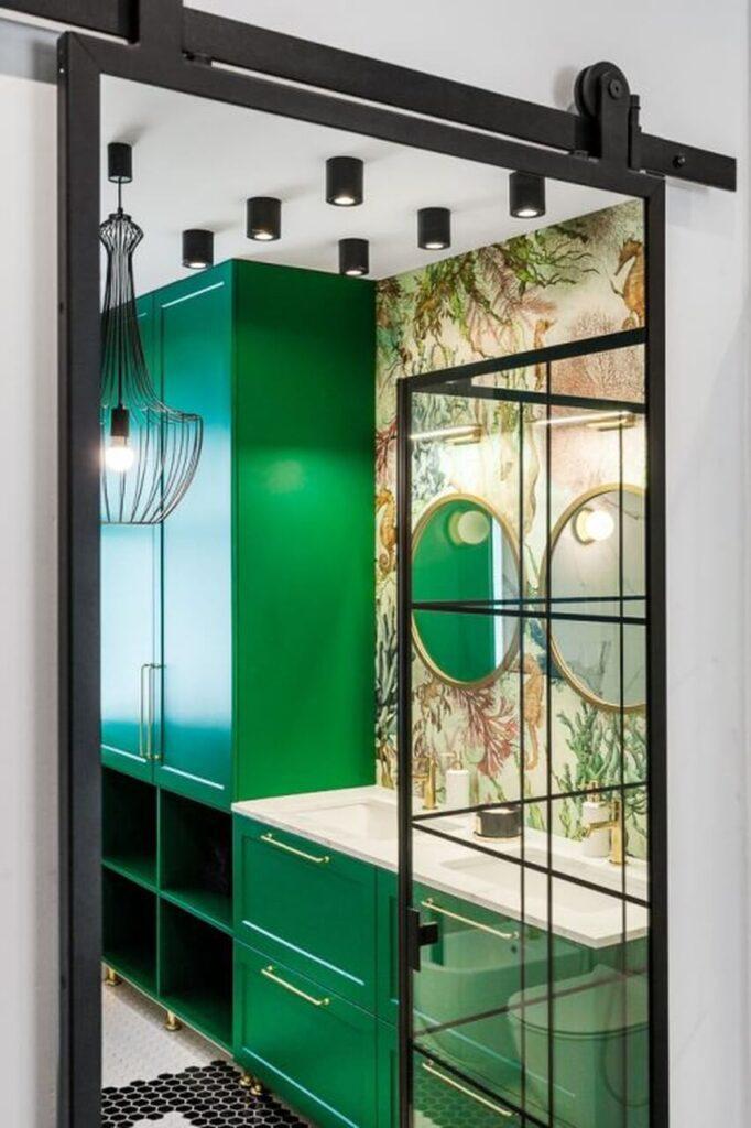Zielone meble, kabina prysznicowa i tapeta we wzory - 120-metrowa domowa przestrzeń w stylu Art Deco