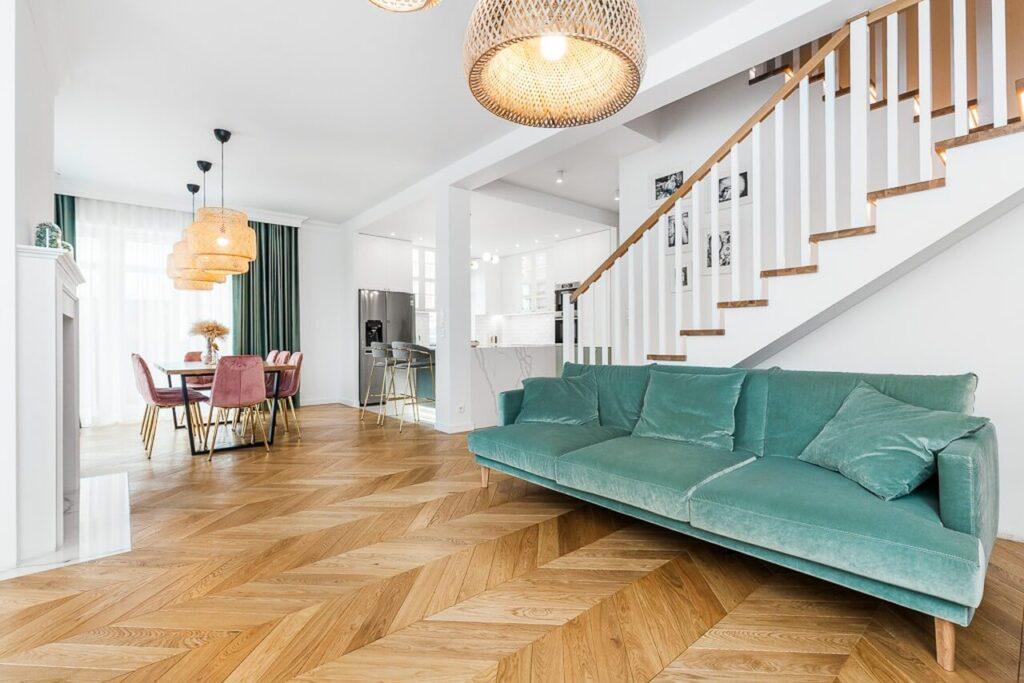 Kanapa w przestronnym salonie - 120-metrowa domowa przestrzeń w stylu Art Deco