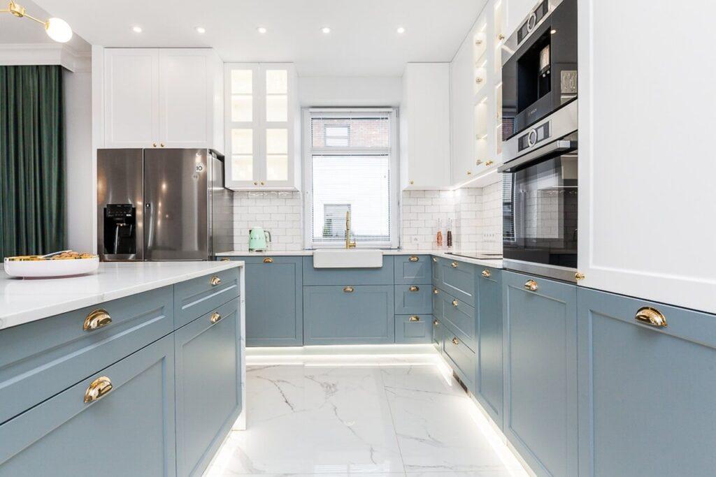 Przestronna kuchnia z błękitnymi frontami - 120-metrowa domowa przestrzeń w stylu Art Deco