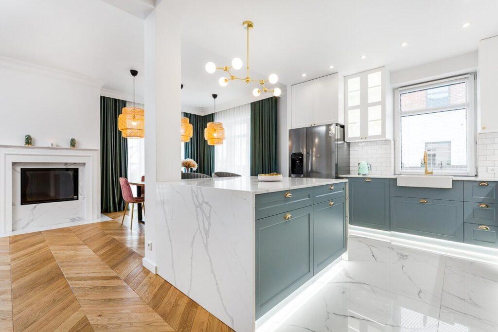 Wyspa kuchenna z błękitnymi frontami - 120-metrowa domowa przestrzeń w stylu Art Deco