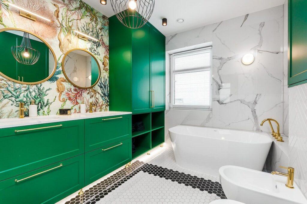 Zielone meble w łazience i tapeta we wzory - 120-metrowa domowa przestrzeń w stylu Art Deco
