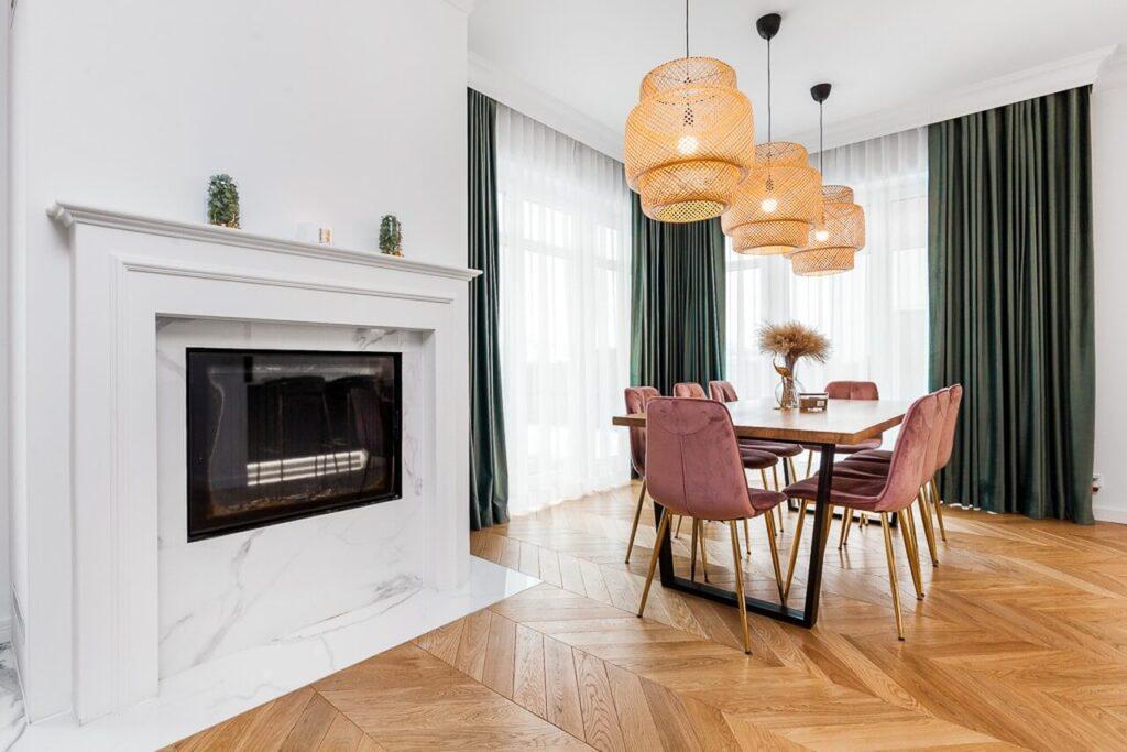 Kominek w salonie - 120-metrowa domowa przestrzeń w stylu Art Deco