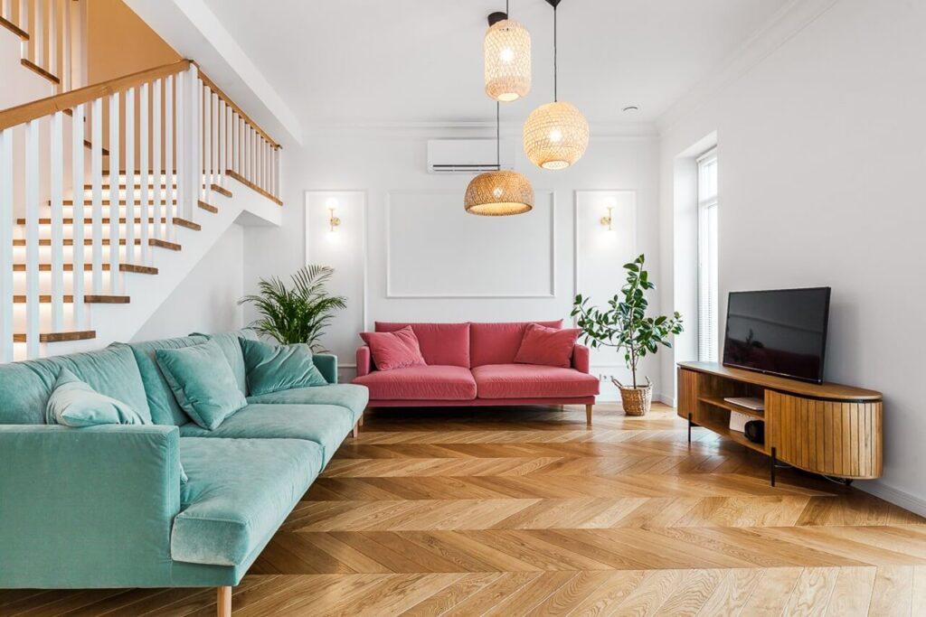 Przestronny salon z drewnianą podłogą w 120-metrowym mieszkaniu w stylu Art Deco