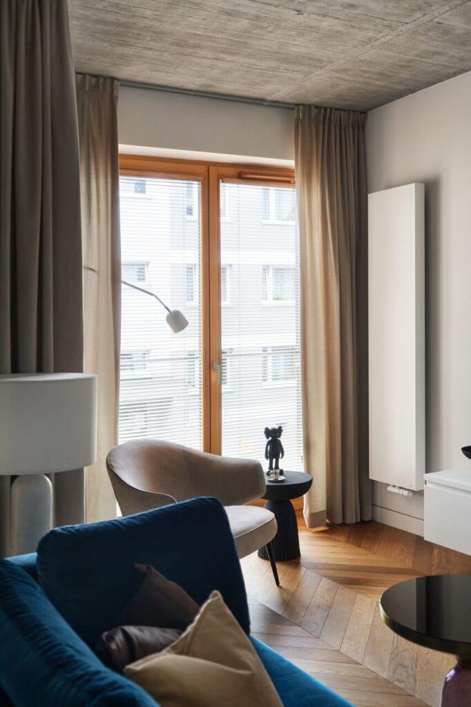 53-metrowy apartament dla młodego małżeństwa - biały, pionowy grzejnik w pokoju