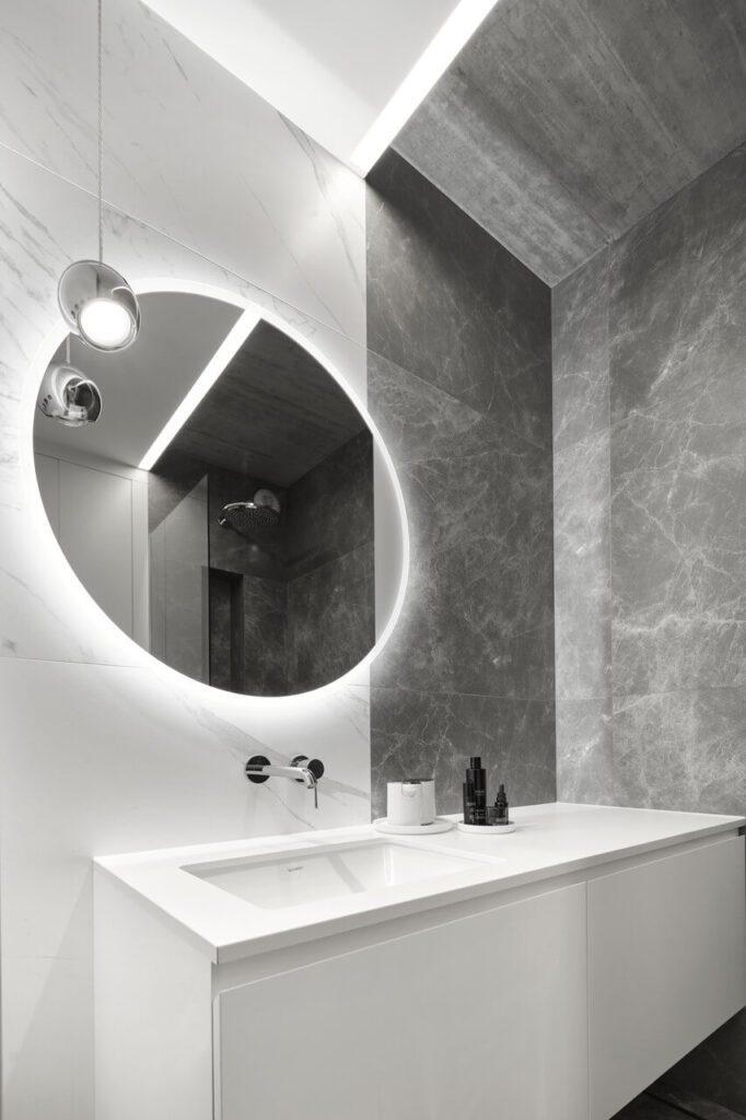 Duże, okrągłe lustro w łazience