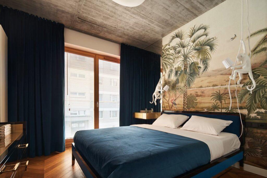 53-metrowy apartament dla młodego małżeństwa - sypialnia z dużym łóżkiem i stylową tapetą