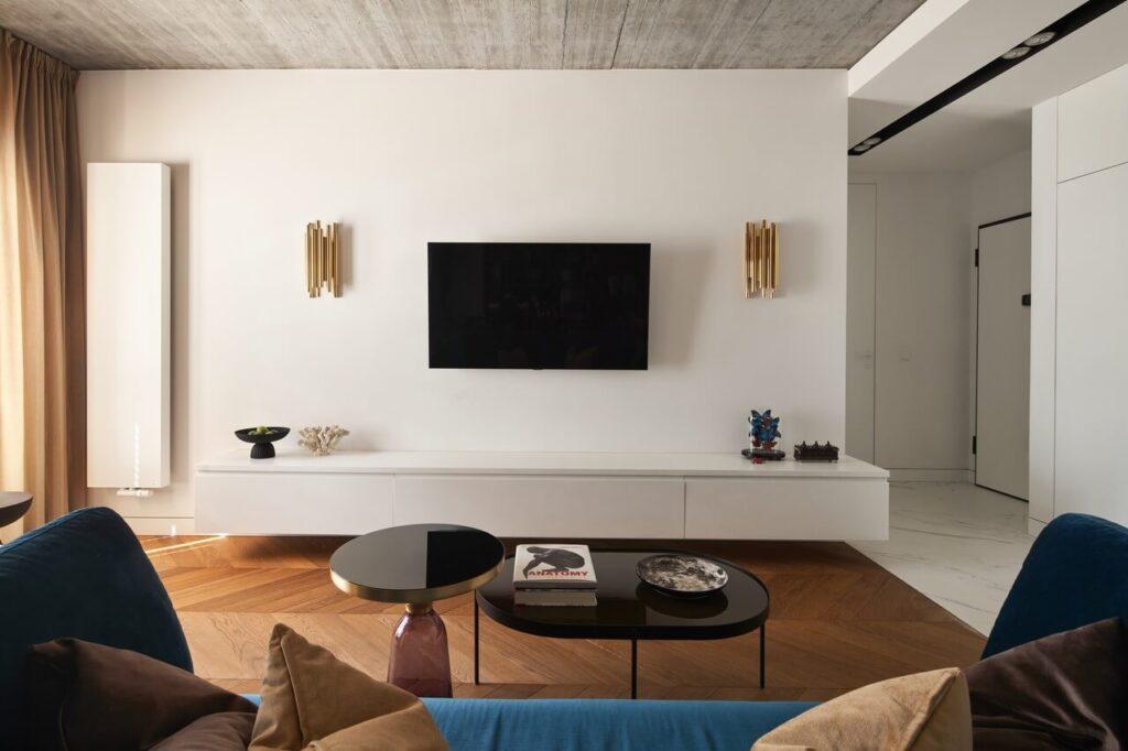 Telewizor wiszący na ścianie w salonie