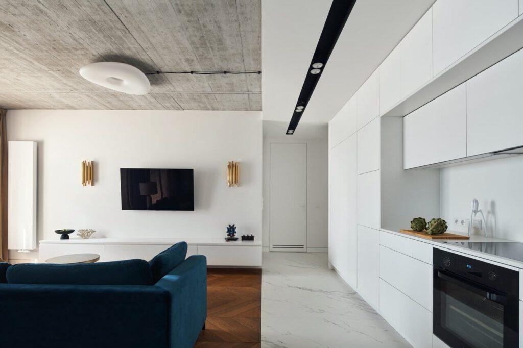 Piękne połączenie białej kuchni i salonu w stylu klasycznym