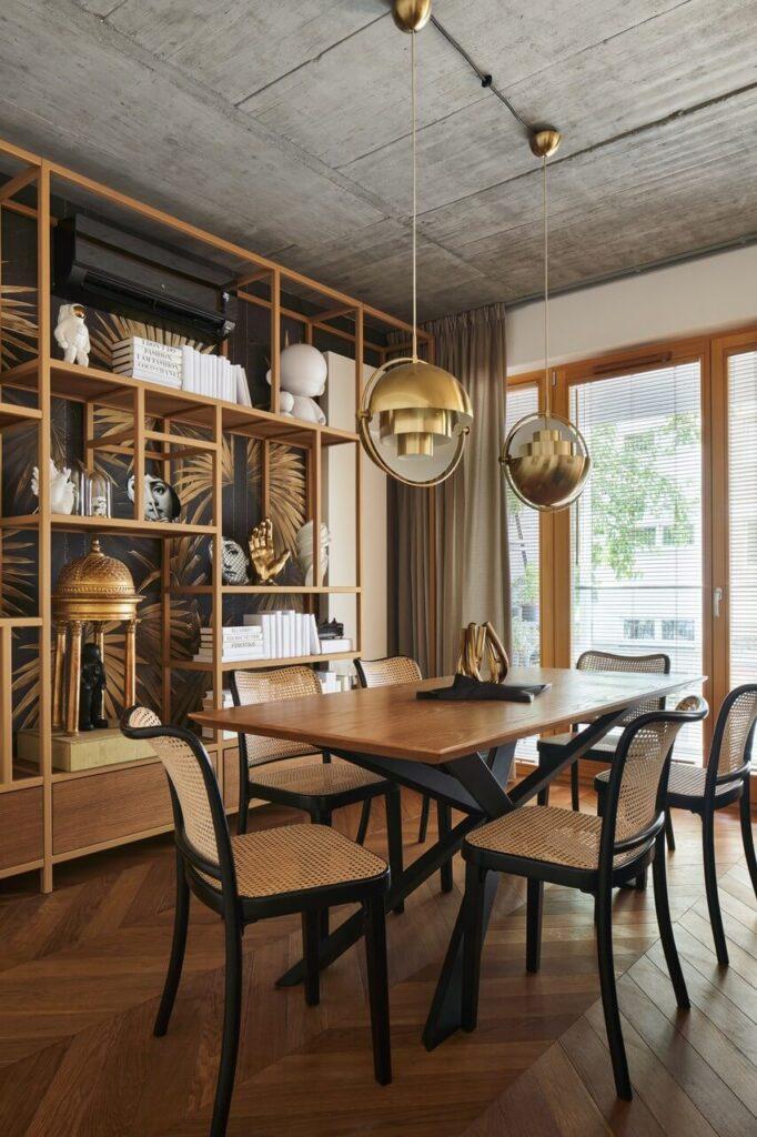 53-metrowy apartament dla młodego małżeństwa - stół i zestaw krzeseł w salonie