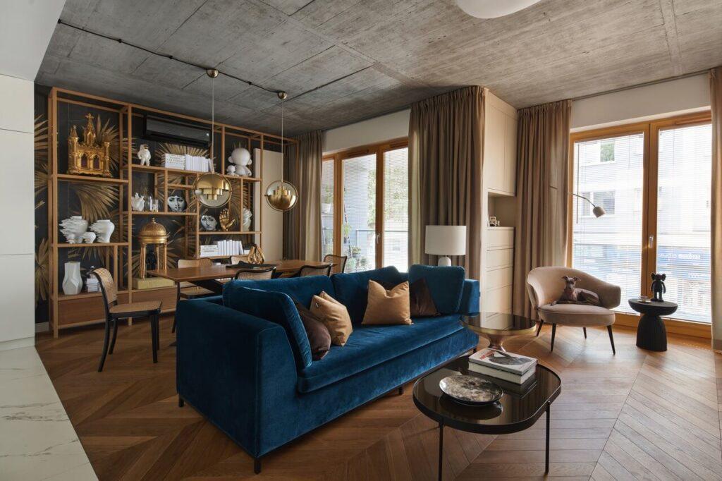 53-metrowy apartament dla młodego małżeństwa - granatowa kanapa w przestronnym salonie